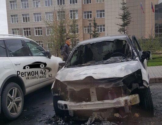 Пожар в автомобиле Renault на Южном в Кемерове сняли на видео