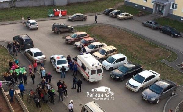 В Заводском районе Кемерова во дворе дома сбили ребёнка