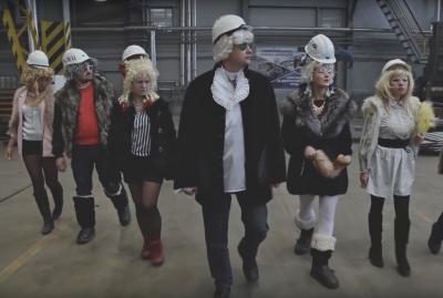 Новокузнецкий завод снял очень смешной ролик про правила безопасности и парики