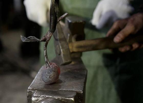 Для памятника погибшим в кемеровском ТРК собрали более 100 кованых вишен
