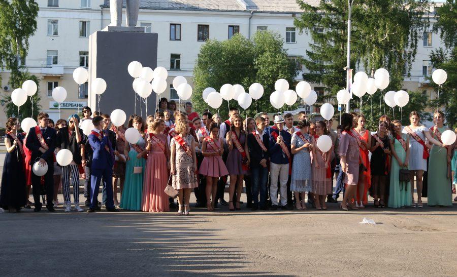 В Кемерове более 2300 одиннадцатиклассников отметили окончание школы