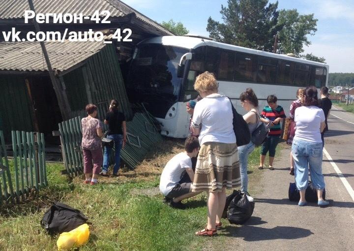 В Кузбассе рейсовый автобус с пассажирами въехал в жилой дом