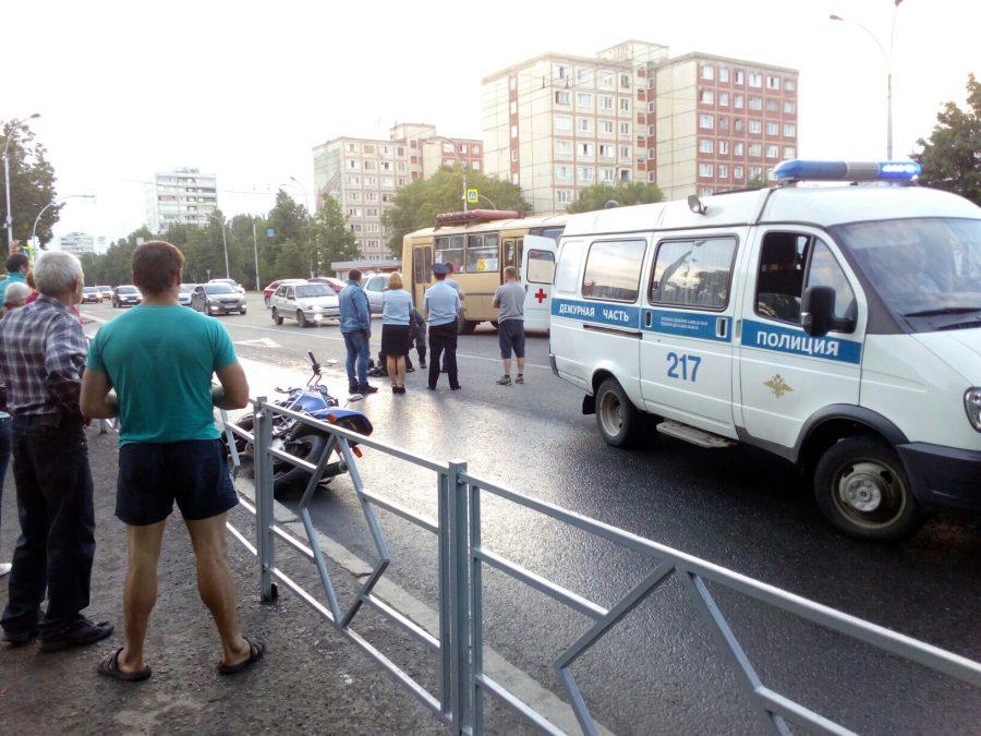 В центре Кемерова столкнулись автомобиль и мотоцикл