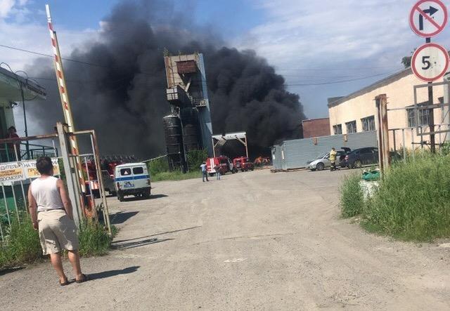 Крупный пожар в Ленинском районе Кемерова потушили, пострадавших нет