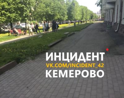 Жильцам кемеровского дома на Островского запретили подниматься в квартиры за вещами