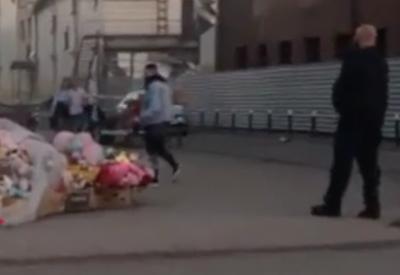 Тимати возложил цветы к ТРК «Зимняя вишня» в Кемерове