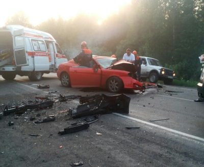 В Кузбассе на трассе после ДТП Hyundai съехал в кювет, опубликовано видео последствий аварии
