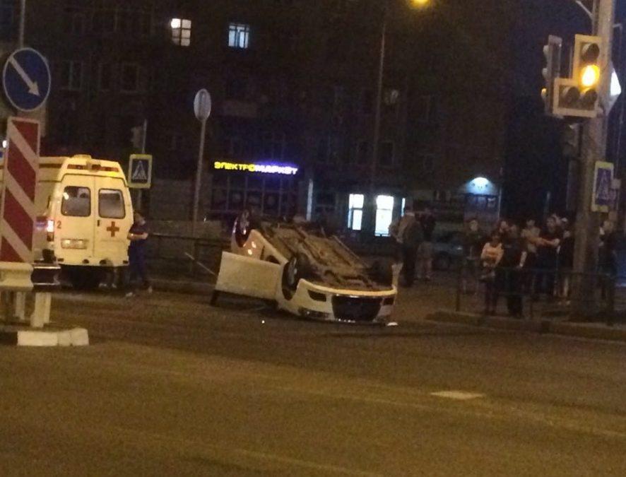 В Новокузнецке после ДТП перевернулась машина, опубликовано видео момента аварии