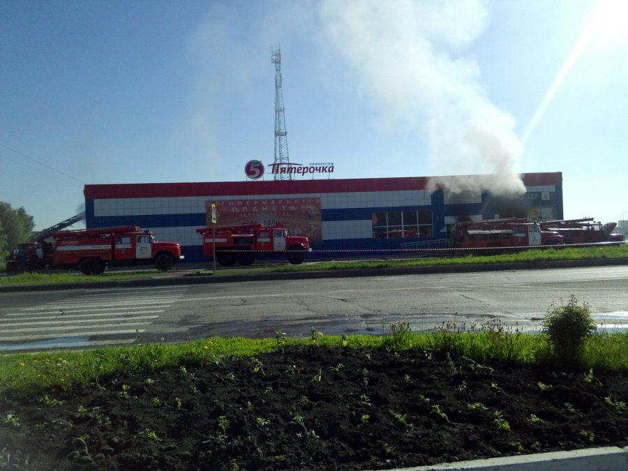 В кузбасском городе горел крупный супермаркет, опубликованы фото пожара