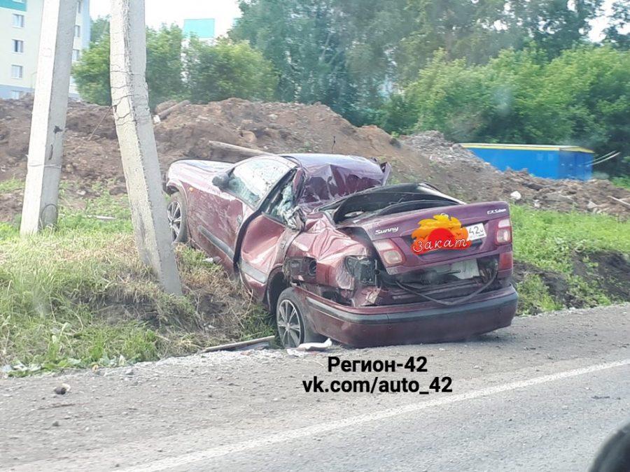 В Кемерове Nissan протаранил столб, последствия ДТП сняли на видео