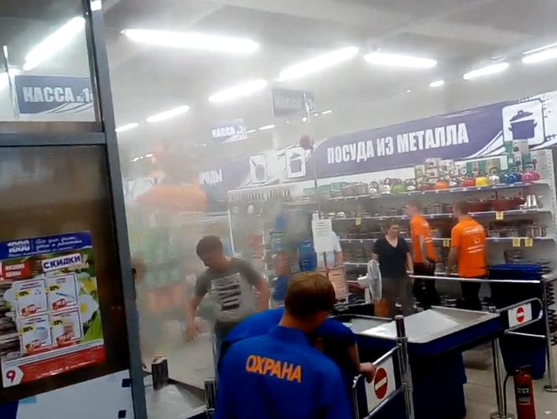 Последствия возгорания товара в магазине в кемеровском ТЦ «Облака» сняли на видео