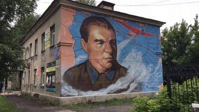В Кемерове на фасаде дома появилось первое патриотическое граффити