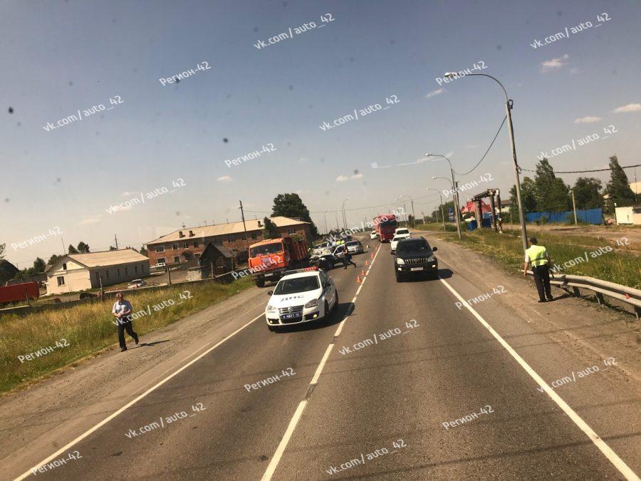 В Кузбассе столкнулись служебный автомобиль и КамАЗ, есть погибший