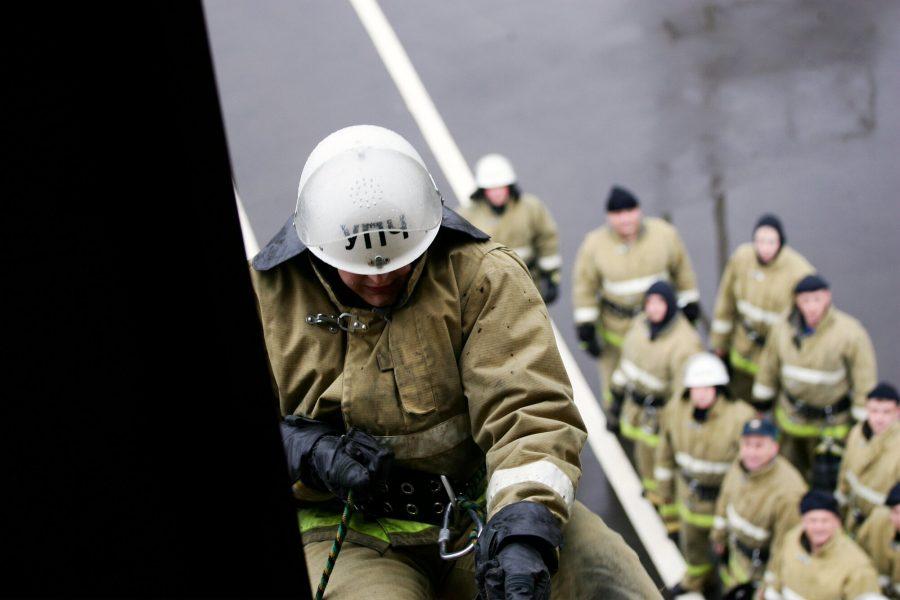 В Новокузнецке из горящего дома спаслись 10 человек, ещё одного жильца эвакуировали спасатели
