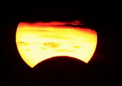 В Сети появились снимки солнечного затмения суперлуной
