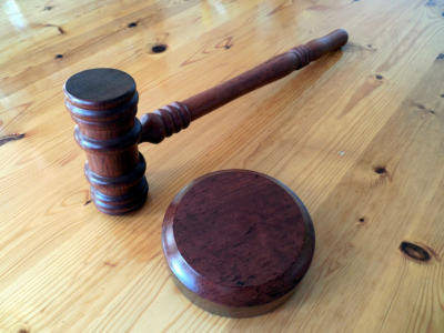 Суд взыскал 100 тысяч рублей с кузбассовца, который пытался задушить сына жены