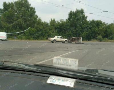 В Новокузнецке УАЗ упал на бок после столкновения с пикапом, последствия ДТП сняли на фото