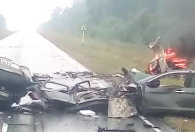 Видео: в Кузбассе на трассе Honda разорвало на части после ДТП, погибли два человека