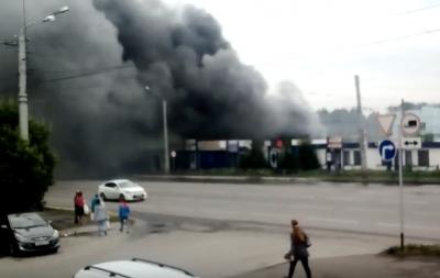 В Ленинске-Кузнецком пожар на территории сельского рынка сняли на видео