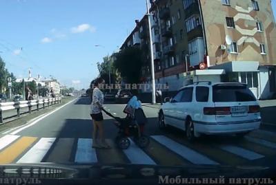 В Кемерове оштрафовали водителя, который едва не сбил на зебре женщину с коляской