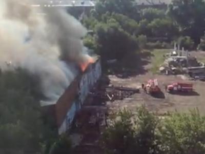 В центре Кемерова загорелся склад, пожар сняли на видео