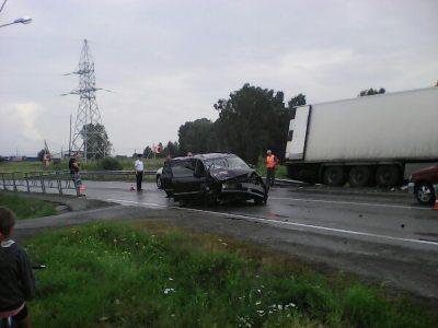 Последствия серьёзного ДТП с участием фуры и «легковушки» на трассе в Кузбассе сняли на видео