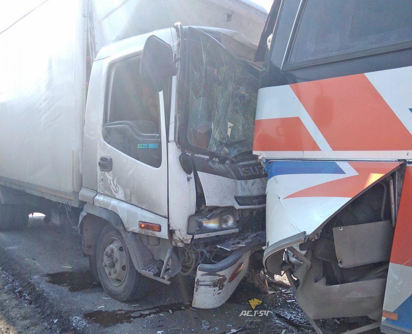 Фото: на трассе Кемерово-Новосибирск столкнулись автобус и грузовик