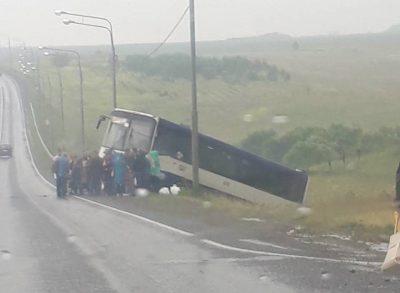В Кузбассе на трассе автобус с пассажирами съехал в кювет