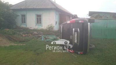 В Кузбассе водитель Lexus въехал в частный жилой дом и перевернулся