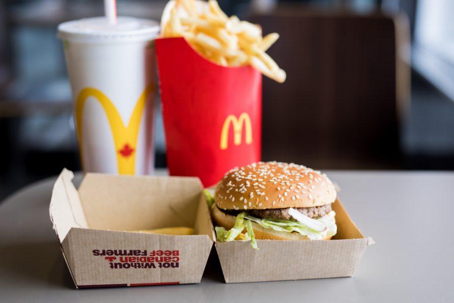В США McDonald's прекратил продажу салатов из-за массового отравления