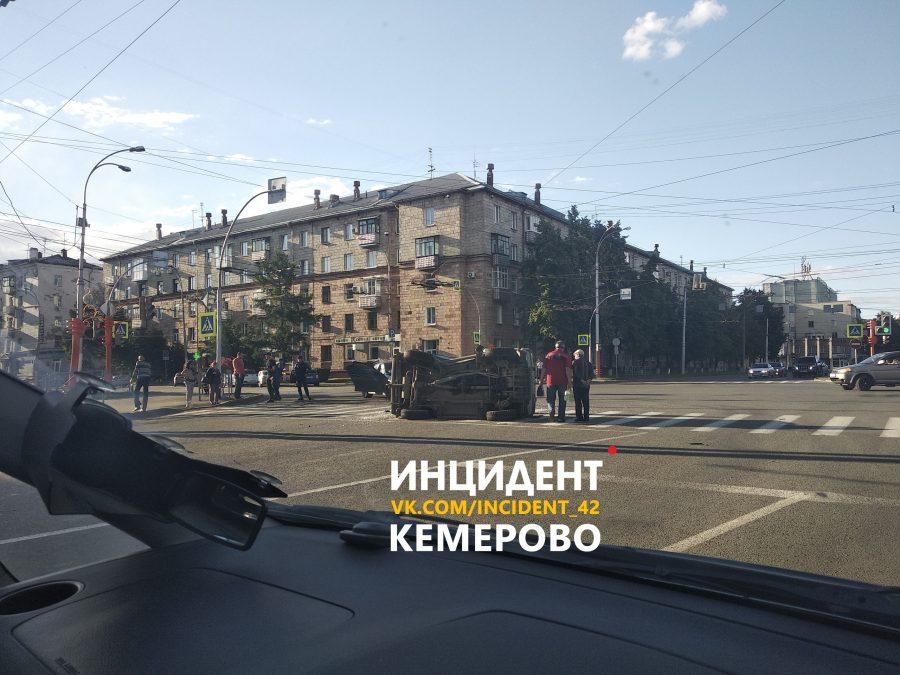 Видео: в центре Кемерова BMW проехал на красный и снёс «Ниву»