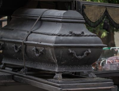 В Кузбассе приставы арестовали гробы и венки у агентства ритуальных услуг