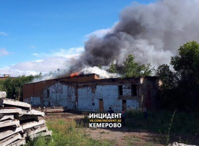Названа предварительная причина пожара на площади 400 «квадратов» в здании в центре Кемерова