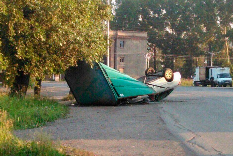 В Кузбассе автомобиль влетел в остановку и перевернулся