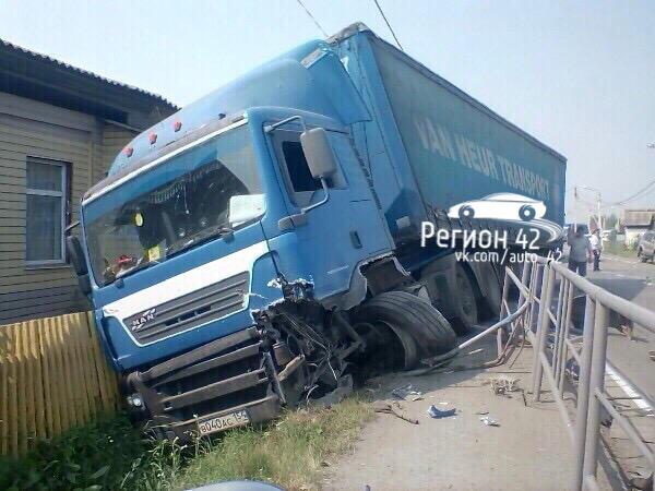 Cтали известны обстоятельства столкновения Toyota Land Cruiser и фуры на трассе в Кузбассе