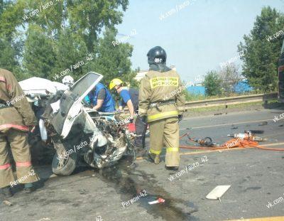Фото: в Кемерове столкнулись грузовик и «легковушка», на месте работают спасатели