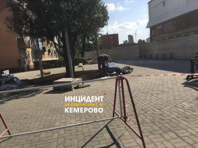 В Кемерове на месте стихийного мемориала возле «Зимней вишни» установили памятный камень