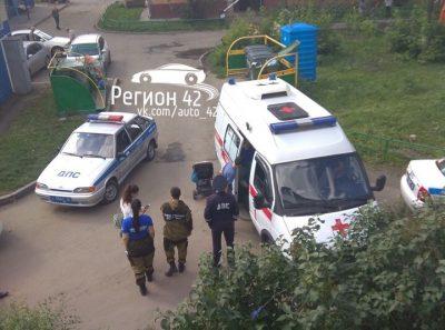 В центре Кемерова женщина за рулём Nissan сбила во дворе дома пенсионерку