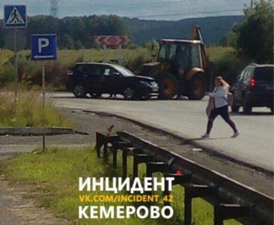В Ленинском районе Кемерова трактор протаранил Nissan, опубликованы фото последствий ДТП
