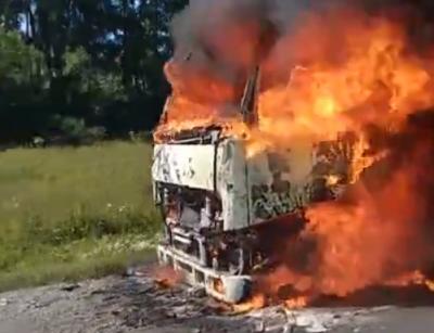 В Сети появились кадры с горящей фурой возле Юрги