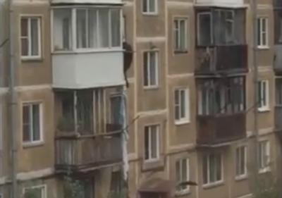 Падение новокузнечанина при попытке спуститься с четвёртого этажа по простыням сняли на видео