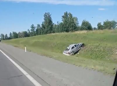 В Кузбассе «легковушку» смяло после ДТП на автобане, последствия аварии попали на видео