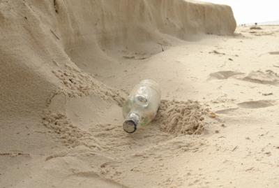 В Италии турист получил крупный штраф за собранный в бутылку пляжный песок