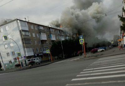 В МЧС назвали предварительную причину пожара в пятиэтажке в центре Кемерова