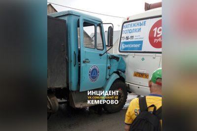 В Кемерове произошло ДТП с участием грузовика и маршрутки