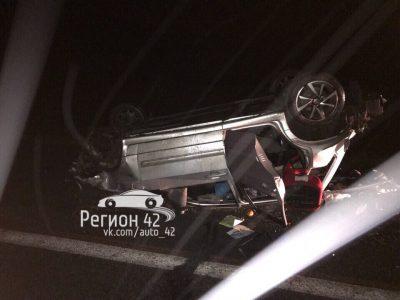 В Кузбассе на трассе ВАЗ протаранил дорожное ограждение, один человек погиб и двое пострадали