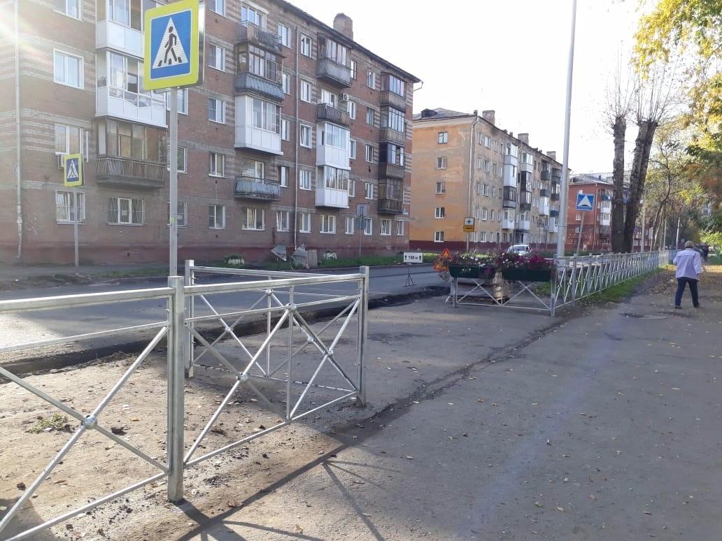 В Кемерове возле школы №82 установили пешеходные ограждения