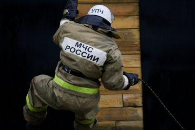 Ночью в Кузбассе горели две многоэтажки, пожарные спасли 12 человек