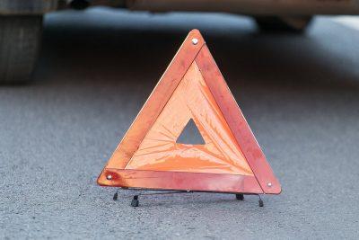 В Кузбассе на трассе перевернулся гружённый щебнем грузовик Volvo, пострадал водитель
