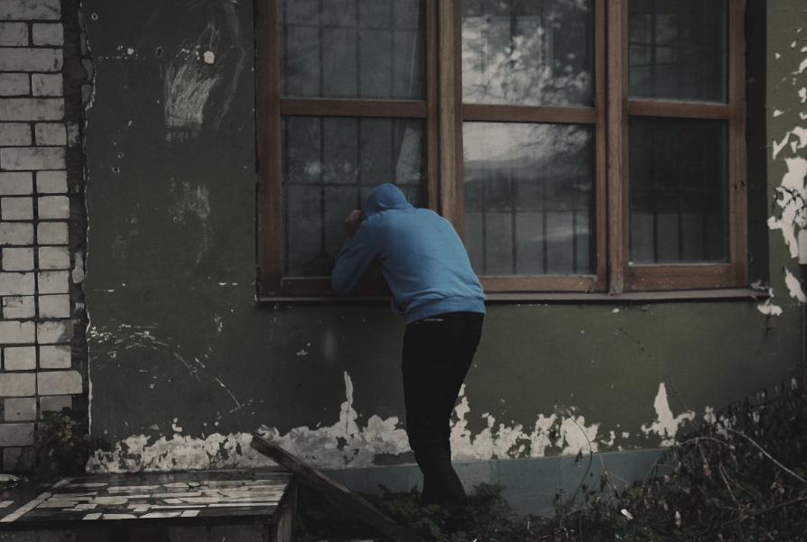 Кузбассовец обокрал квартиру друга на 100 тысяч рублей и подарил похищенное возлюбленной